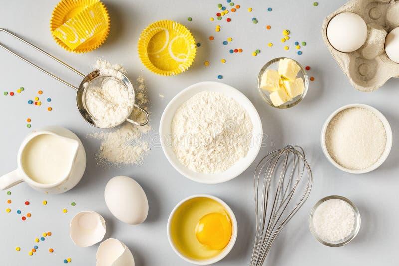 Bakgrund med ingredienser för att laga mat, att baka som är plant lägger arkivfoto