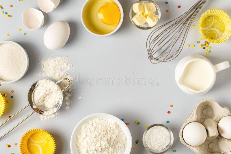 Bakgrund med ingredienser för att laga mat, att baka som är plant lägger fotografering för bildbyråer