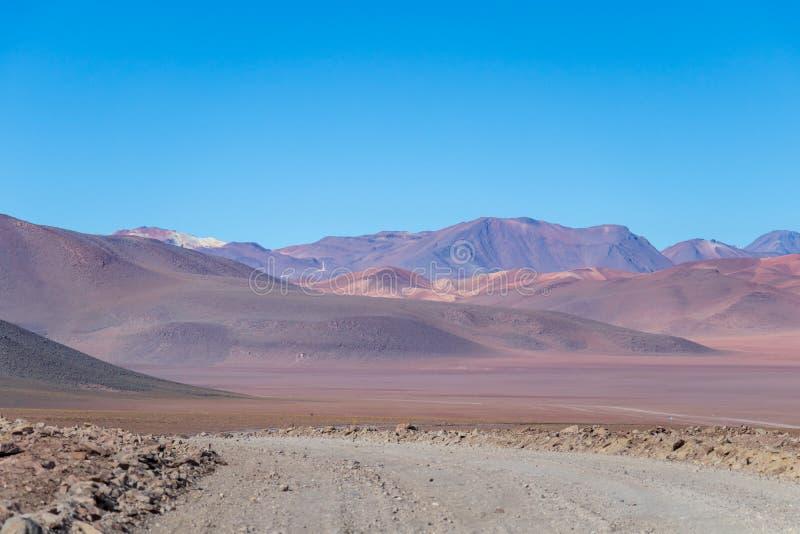Bakgrund med kargt ökenlandskap i bolivianska Anderna, i naturreserven Edoardo Avaroa royaltyfri foto
