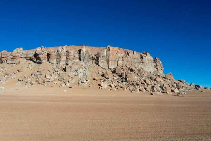 Bakgrund med kargt ökenlandskap i bolivianska Anderna, i naturreserven Edoardo Avaroa arkivfoto