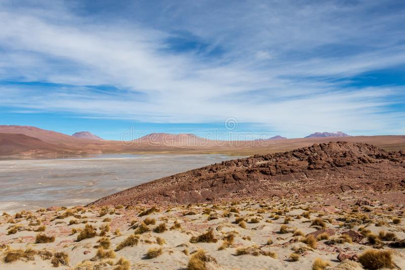 Bakgrund med kargt ökenlandskap i bolivianska Anderna, i naturreserven Edoardo Avaroa arkivfoton