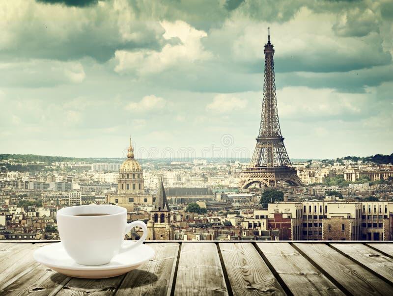 Bakgrund med koppen kaffe och Eiffeltorn i Paris royaltyfria foton