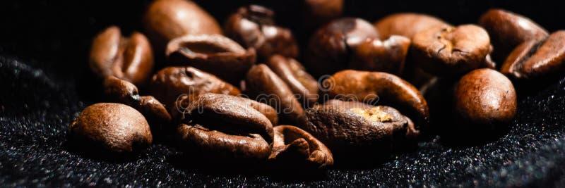 Bakgrund med mörka korn av kaffe royaltyfria foton