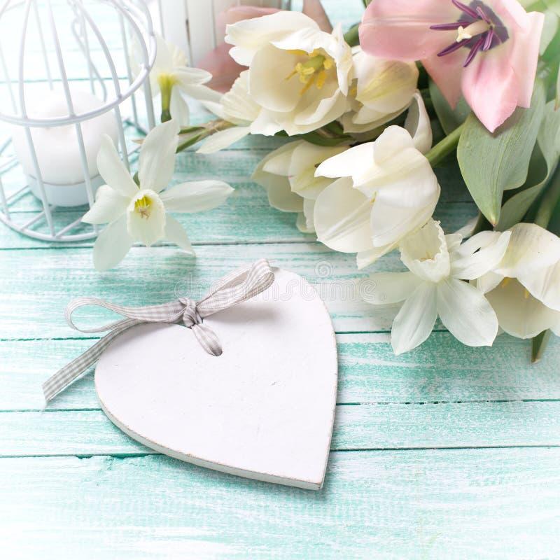 Bakgrund med nya blommor, hjärta och stearinljus fotografering för bildbyråer