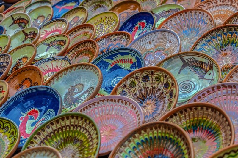 Bakgrund med rumänskt traditionellt keramiskt royaltyfria foton