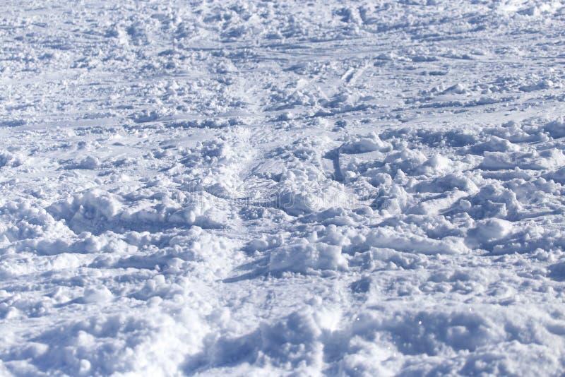 Bakgrund med spår av snö på skida royaltyfria foton