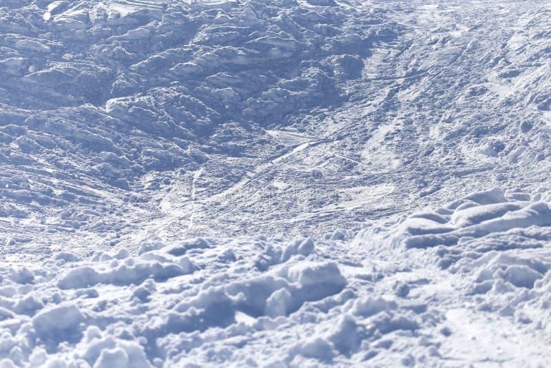 Bakgrund med spår av snö på skida royaltyfri foto