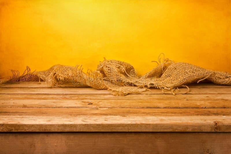 Bakgrund med trä bordlägger och sackcloth arkivfoto