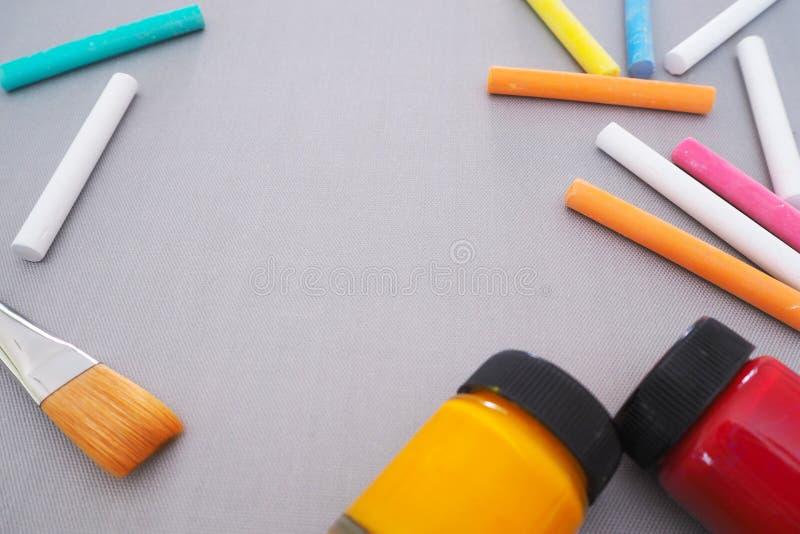 Bakgrund med utrymme för att dra konst med färgrik kritakonst royaltyfri fotografi