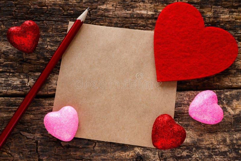 Bakgrund på blyertspennan för valentindaghjärta och en anmärkning royaltyfri bild