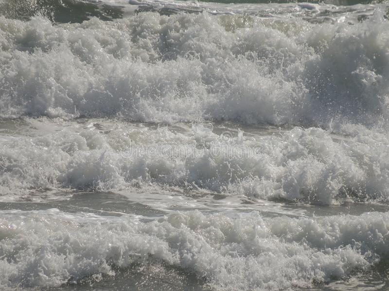 Bakgrund Rasa havsvågor med skum och färgstänk Vit- och gr? f?rgsignaler royaltyfri bild