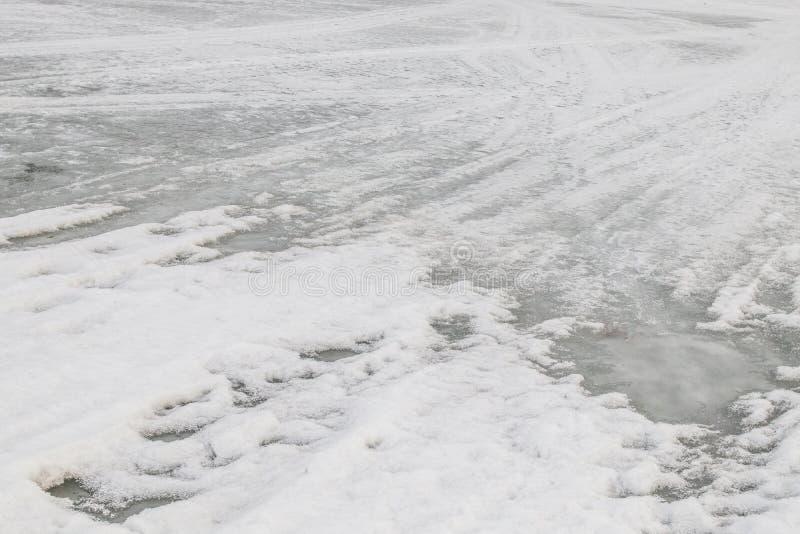Bakgrund Smältt snö på floden Vit-grå färger färg royaltyfria bilder