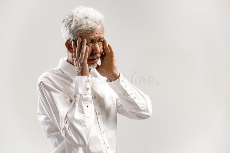 bakgrund som har den huvudvärk isolerade mannen över white arkivfoto