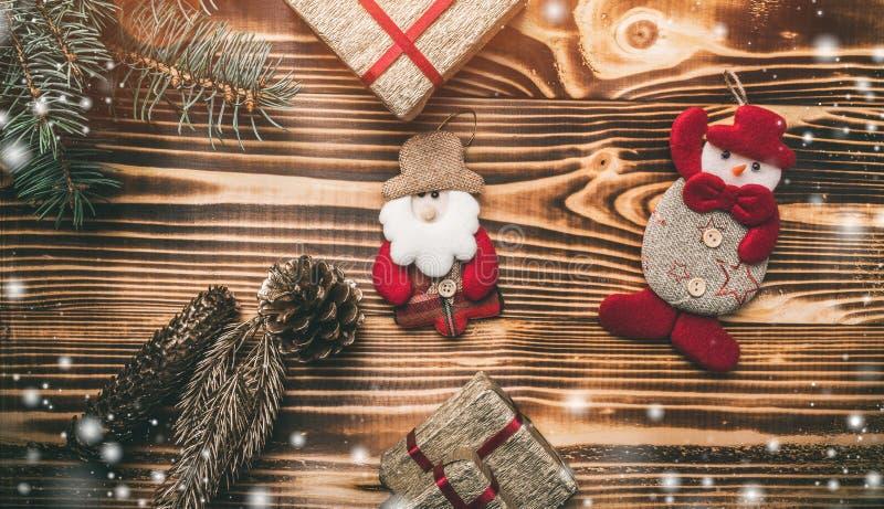bakgrund som stiger ombord inomhus trä för brunt fragment Med det gröna granträdet och snett handgjort med effekten av snöflingor royaltyfri foto