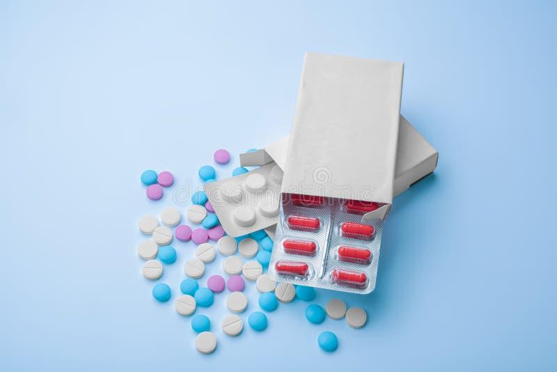 bakgrund suddighetdde den skyddande pillen för maskeringen för hälsa för omsorgsbegreppsframsidan Blåsapackar med färgrika preven arkivfoto