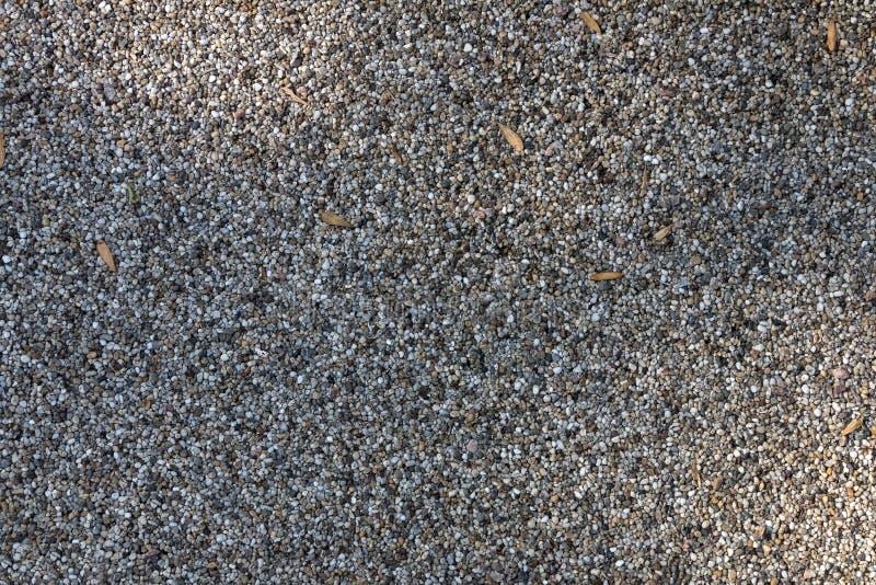Bakgrund textur av en trädgårdbana från en liten naturlig sten royaltyfri bild