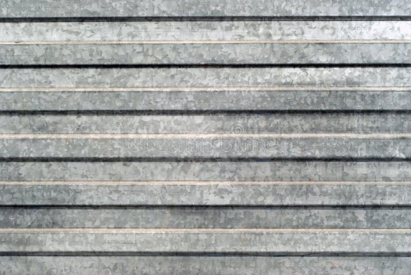 Bakgrund textur: yttersida av det profilerade galvaniserade metallarket royaltyfri bild