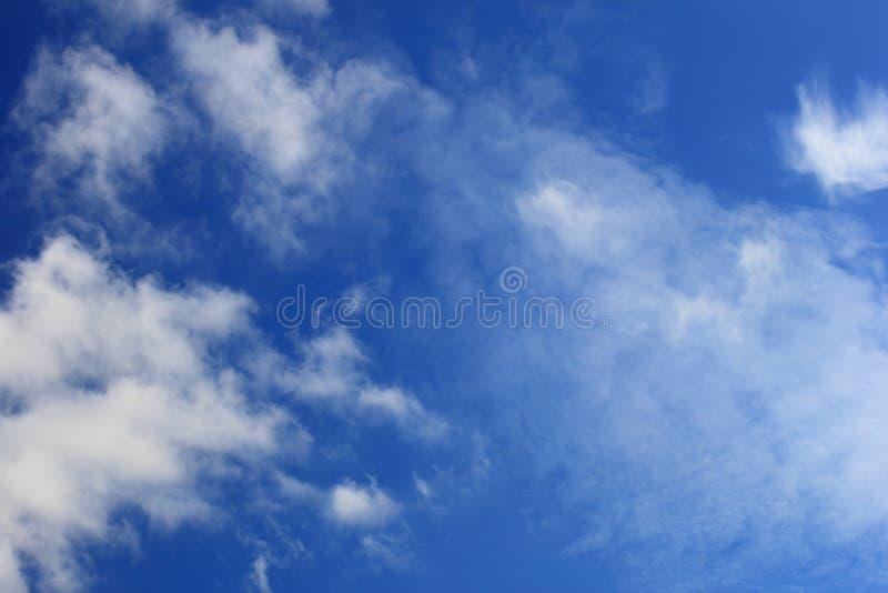 Bakgrund texturerar bluen clouds skyen royaltyfri fotografi