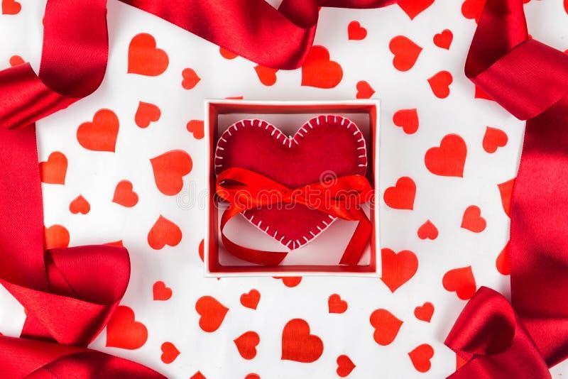 Bakgrund till dagen för valentin` s eller romantikerhändelsen hjärta i gåvaasken mot bakgrunden av hjärtorna arkivbilder