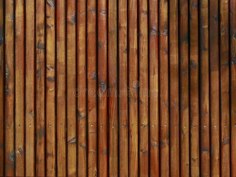 Bakgrund - trätextur från palissader som annonserar yttersida som är rödaktig arkivfoton