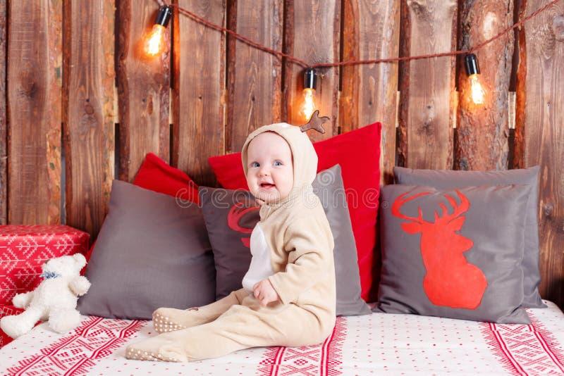 bakgrund undersöker år för toys för mörk afton nytt s för julsammansättning flicka little som sitter overall-ren dräkt royaltyfria bilder