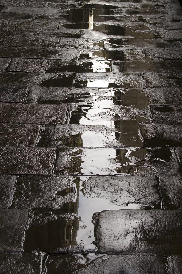 bakgrund våt stenlagd gata royaltyfria bilder