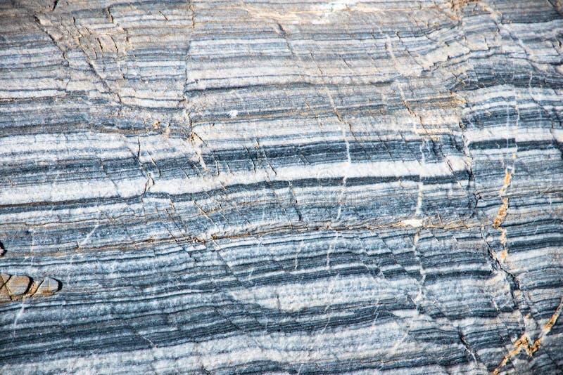 Bakgrunden är en naturlig plattaKarar marmor royaltyfri foto