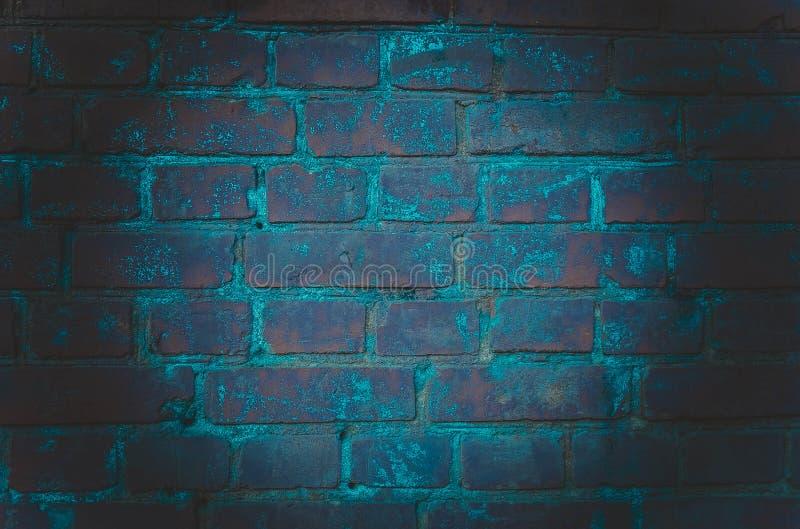 Bakgrunden av ett tomt rum med tegelstenväggar och konkreta golvtegelplattor Neonljus, strålkastare royaltyfri fotografi