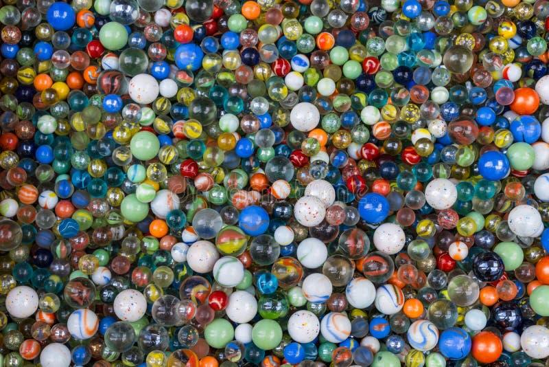 Bakgrunden av färgrika exponeringsglasmarmor för mångfald arkivbilder
