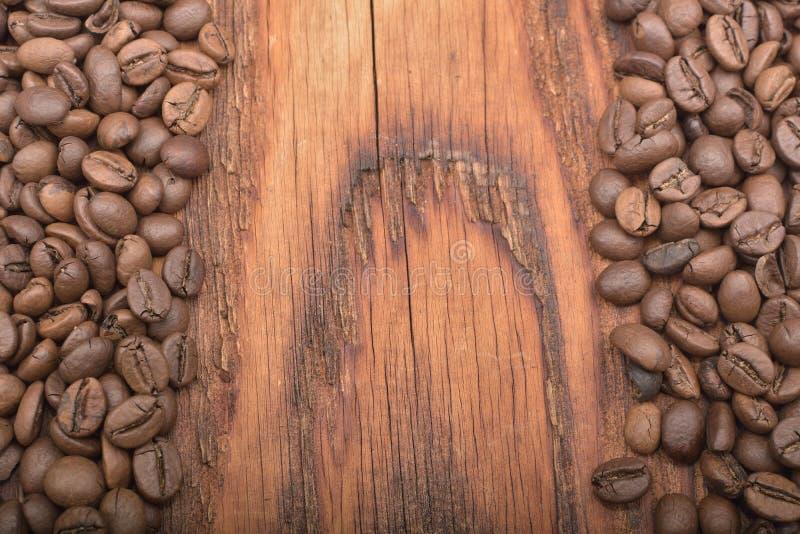 Bakgrunden för kaffeböna på trätextur fotografering för bildbyråer