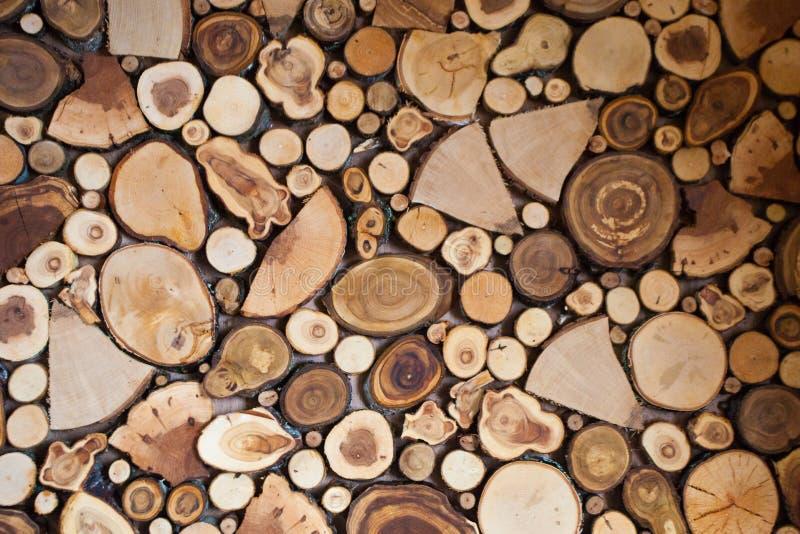 Bakgrunden komponeras av texturavsnitt av olikt trä royaltyfria foton