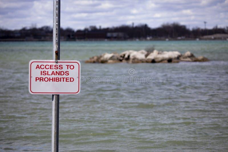 Bakgrunder landskap Riverfrontön som varnar att tillträde förböd royaltyfri fotografi