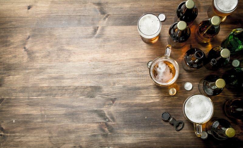 bakgrundsöl innehåller lutningingreppet ny öl royaltyfria bilder