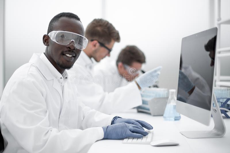 Bakgrundsbild av en grupp av forskare på laboratoriumtabellen arkivbilder