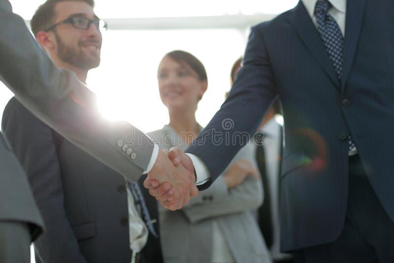Bakgrundsbild av handskakningen av affärsfolk royaltyfri bild