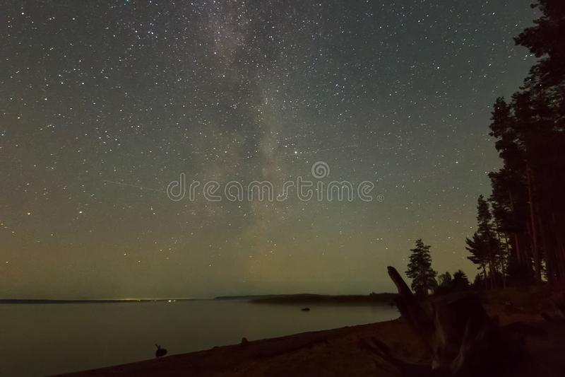 Bakgrundsbild av stjärnor i nattskyn och Milky Way Starry sky över sjön fotografering för bildbyråer