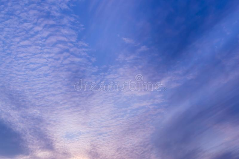 bakgrundsbluen clouds den mycket sm? skyen royaltyfria foton