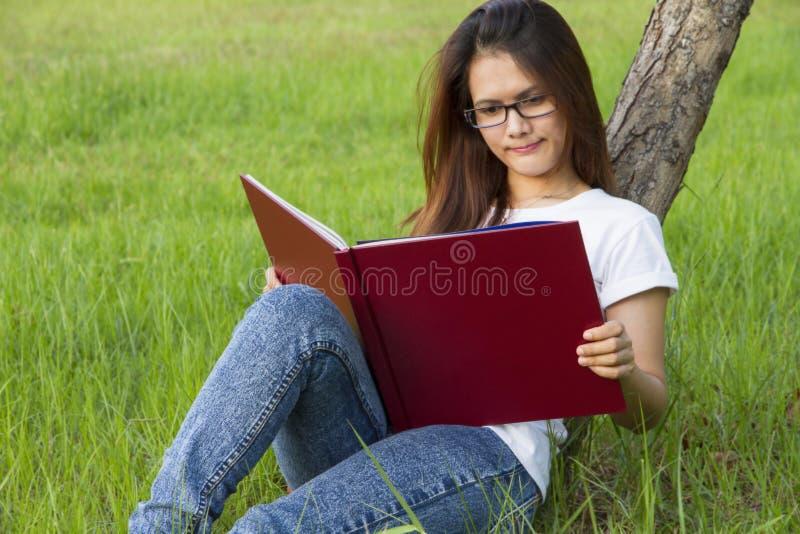 bakgrundsboken skapade ps-avläsningskvinnan arkivbilder