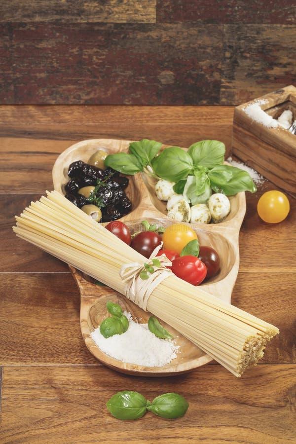 bakgrundsCherryingredienser isolerade white för pastaspagettitomat royaltyfri bild