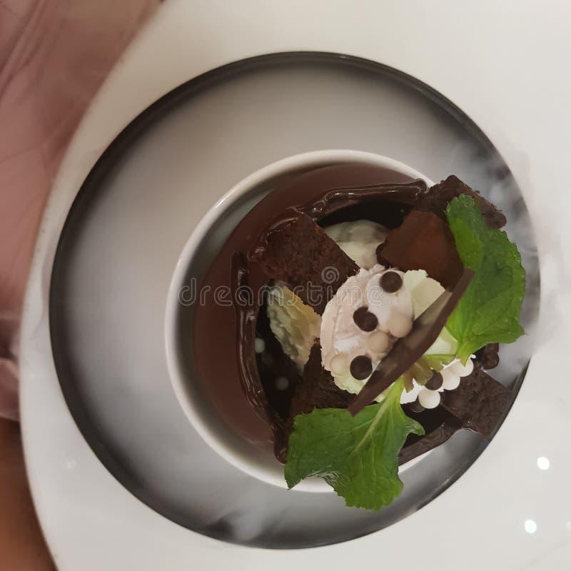 bakgrundschokladkottar lagar mat med grädde isicecream över white för pistaschjordgubbevanilj royaltyfri bild
