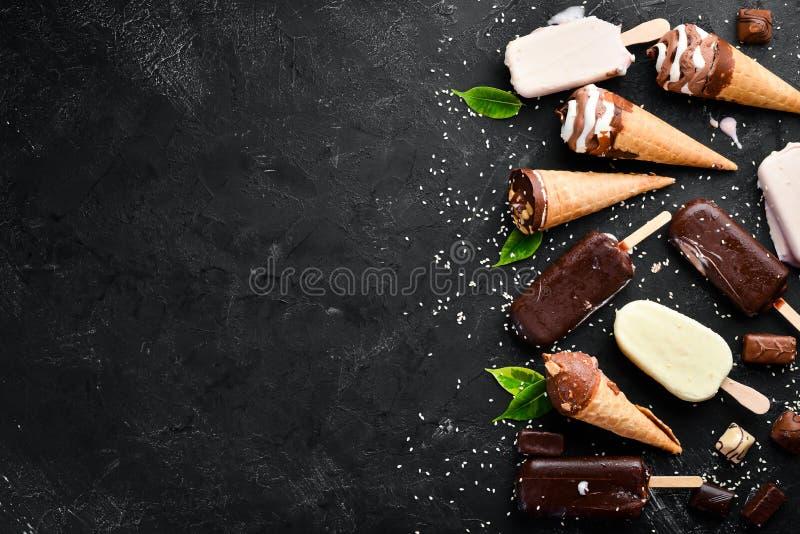 bakgrundschokladkottar lagar mat med gr?dde isicecream ?ver white f?r pistaschjordgubbevanilj Ett stort val av glass P? en stenba royaltyfri foto