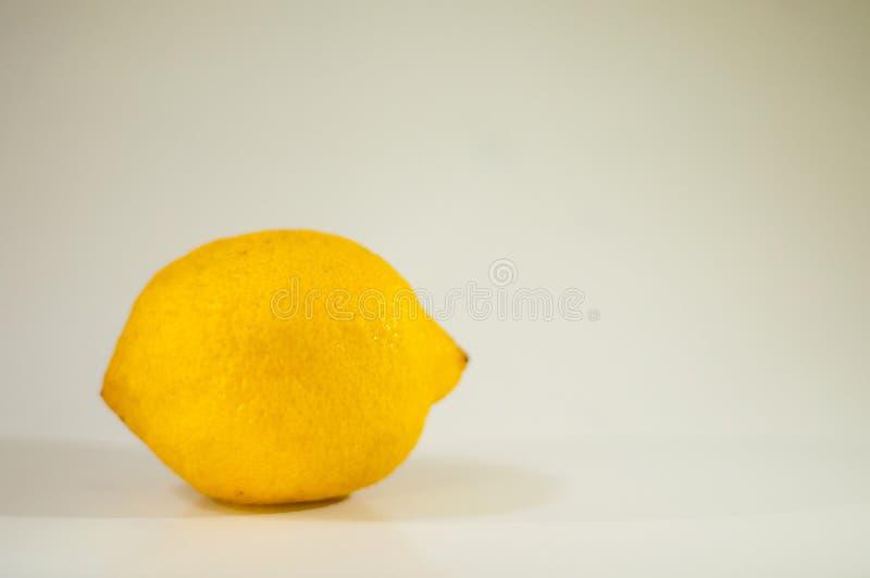 bakgrundsclipping inom citronbanawhite royaltyfria bilder