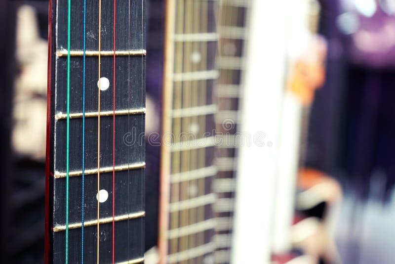 Bakgrundscloseup för akustisk gitarr med kopieringsutrymmecloseupen royaltyfri fotografi