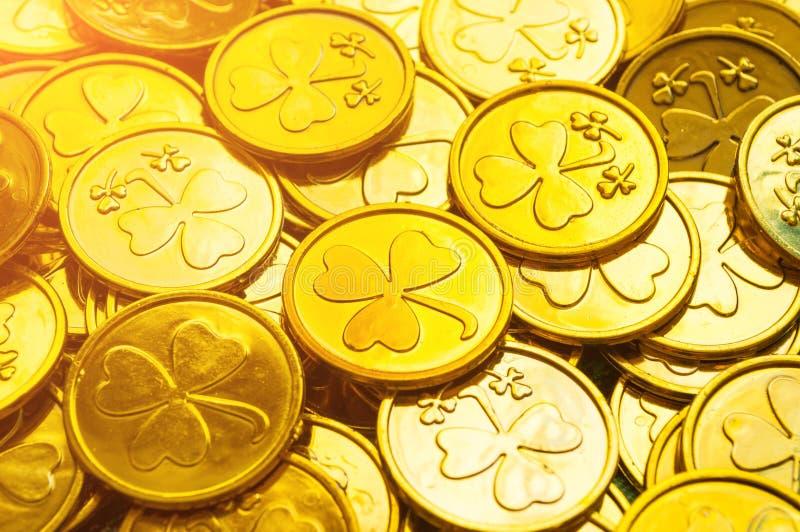 bakgrundsdagpatrick s st Guld- mynt med treklövern under solsken, Sts Patrick festlig bakgrund för dag royaltyfria bilder