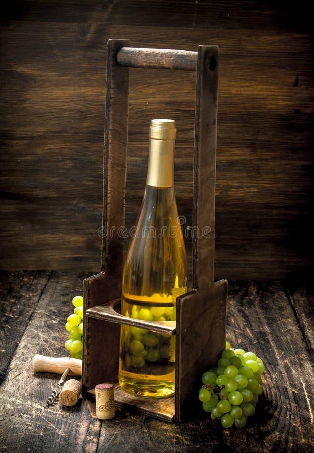 bakgrundsexponeringsglasrött vin Vitt vin på en ställning med filialer av nya druvor arkivbild