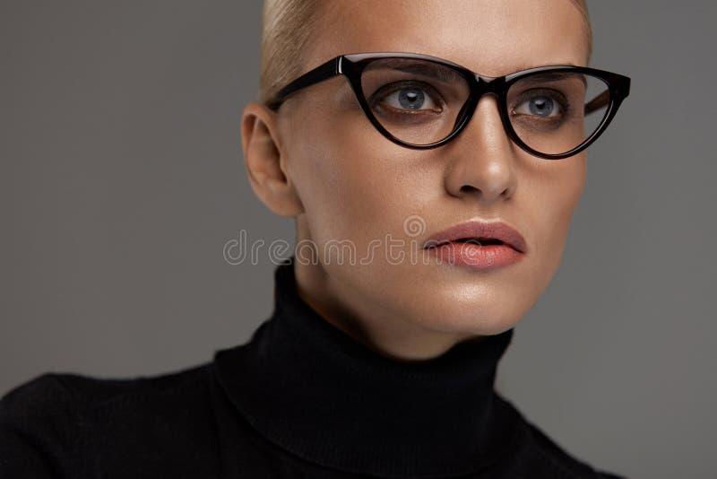 bakgrundsglasögonkvinnlig över white Härlig kvinna i exponeringsglas, Eyewear arkivbilder
