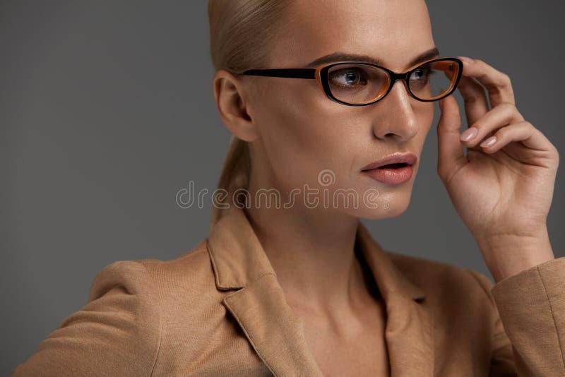 bakgrundsglasögonkvinnlig över white Härlig kvinna i modeexponeringsglas, Eyewear arkivbilder