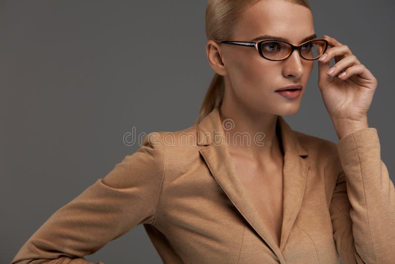 bakgrundsglasögonkvinnlig över white Härlig kvinna i modeexponeringsglas, Eyewear fotografering för bildbyråer