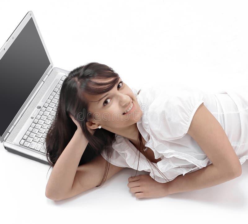 bakgrundsgolvet isolerade liggande vitt kvinnabarn för bärbar dator Isolerat på vit royaltyfri bild