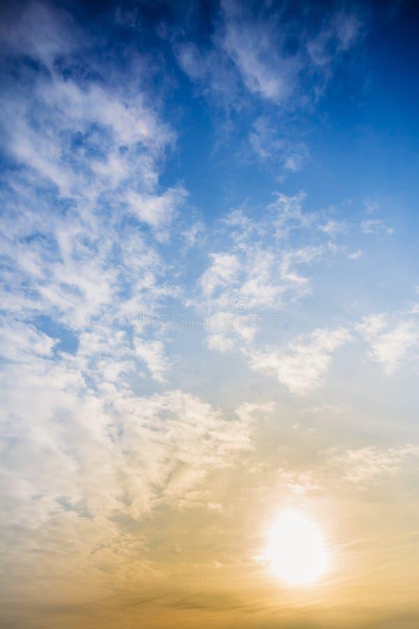 Download Bakgrundshimmel Med Molnvinter Arkivfoto - Bild av molnigt, fluffigt: 106828858